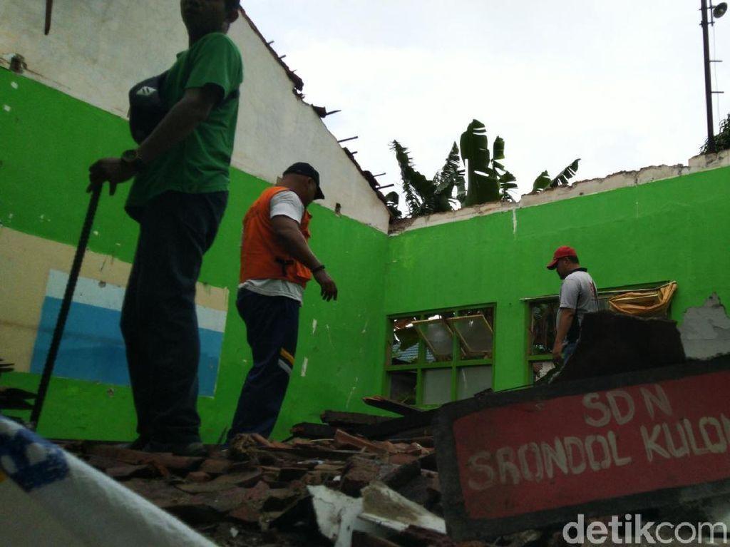 Atap SD di Semarang Ambrol Diterjang Puting Beliung
