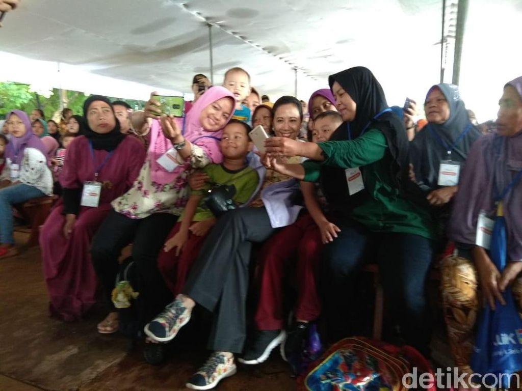 Temui Emak-emak di Bekasi, Rini Soemarno Pamer Sepatu Rp 200 Ribu