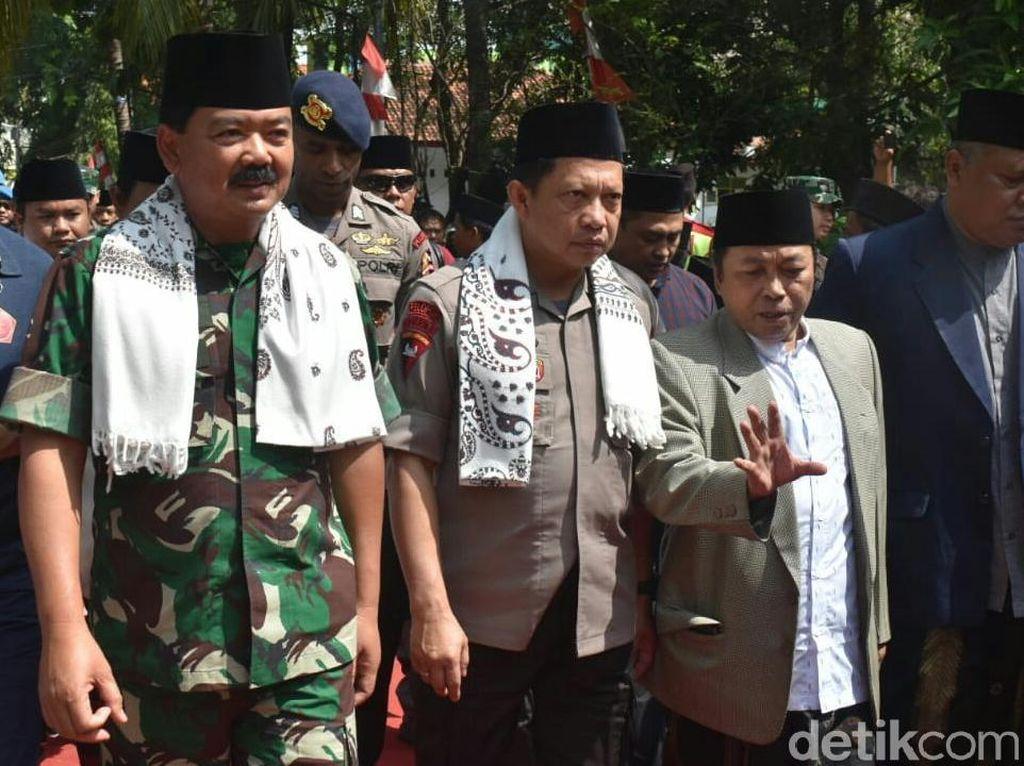 Panglima TNI Ajak Kiai dan Santri di Cirebon Perangi Hoaks