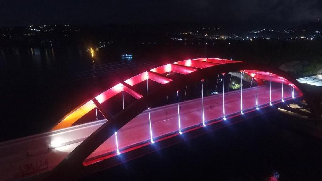 Indah! Jembatan Holtekamp di Papua Bermandi Cahaya