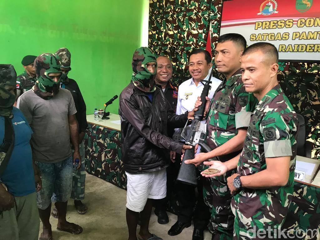 12 Anggota dan Simpatisan KKSB Papua Menyerahkan Diri