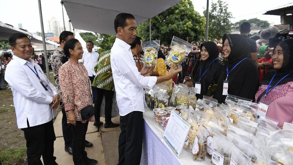 Gaya Jokowi Ngecek Produk Dagangan Emak-emak