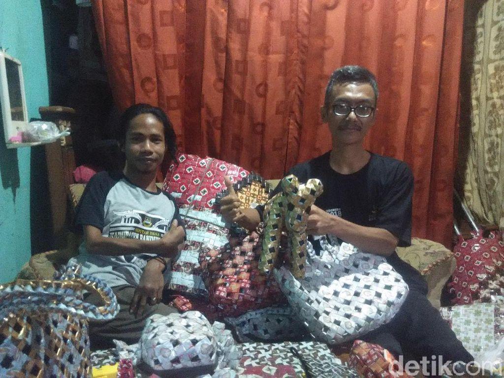 Semangat Berkarya Dua Sahabat Difabel Asal Bandung Barat