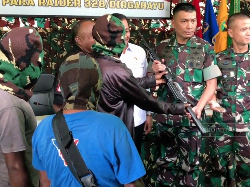 Bawa Senjata M16, 4 Anggota OPM Menyerahkan Diri