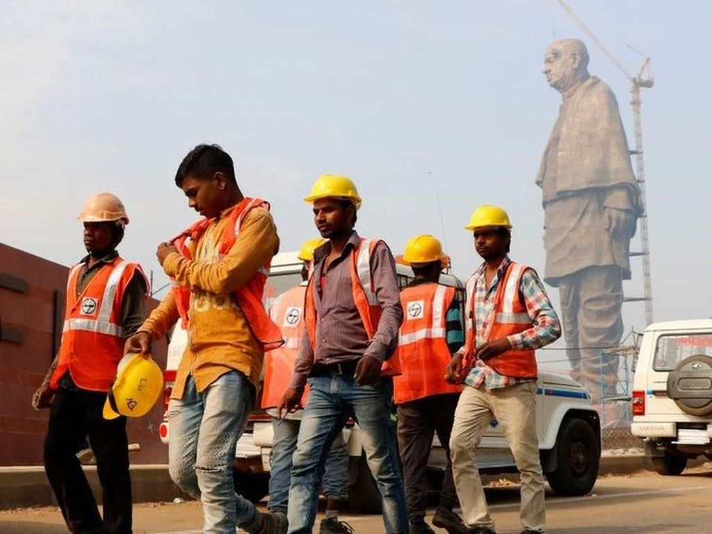 Ratusan Buaya Direlokasi dari Patung Tertinggi di Dunia