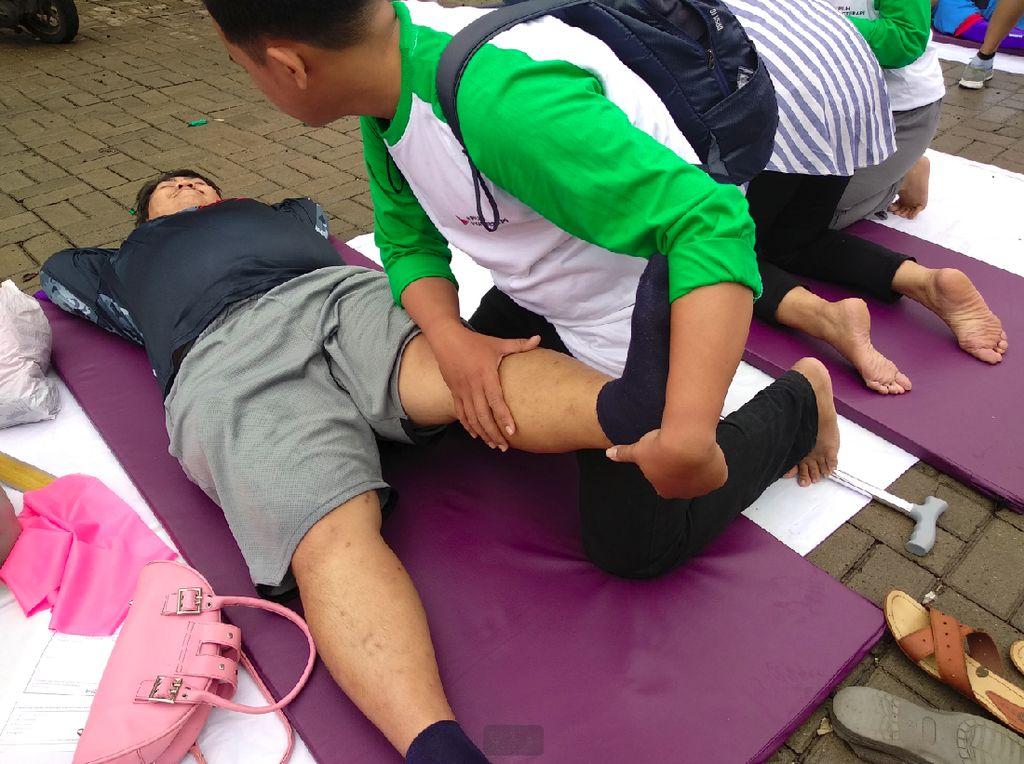 Nikmatnya! Habis Gowes Dapat Layanan Gratis Fisioterapi on The Street