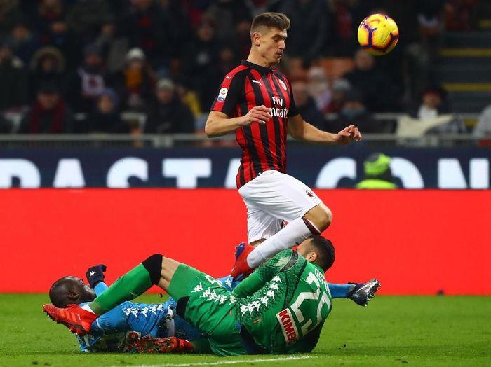 Aksi Krzysztof Piatek saat AC Milan menghadapi Napoli di San Siro, Minggu (27/1/2019). (Foto: Marco Luzzani/Getty Images)