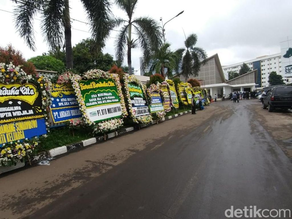 Ratusan Karangan Bunga Berjejer di Rumah Duka Eka Tjipta Widjaja