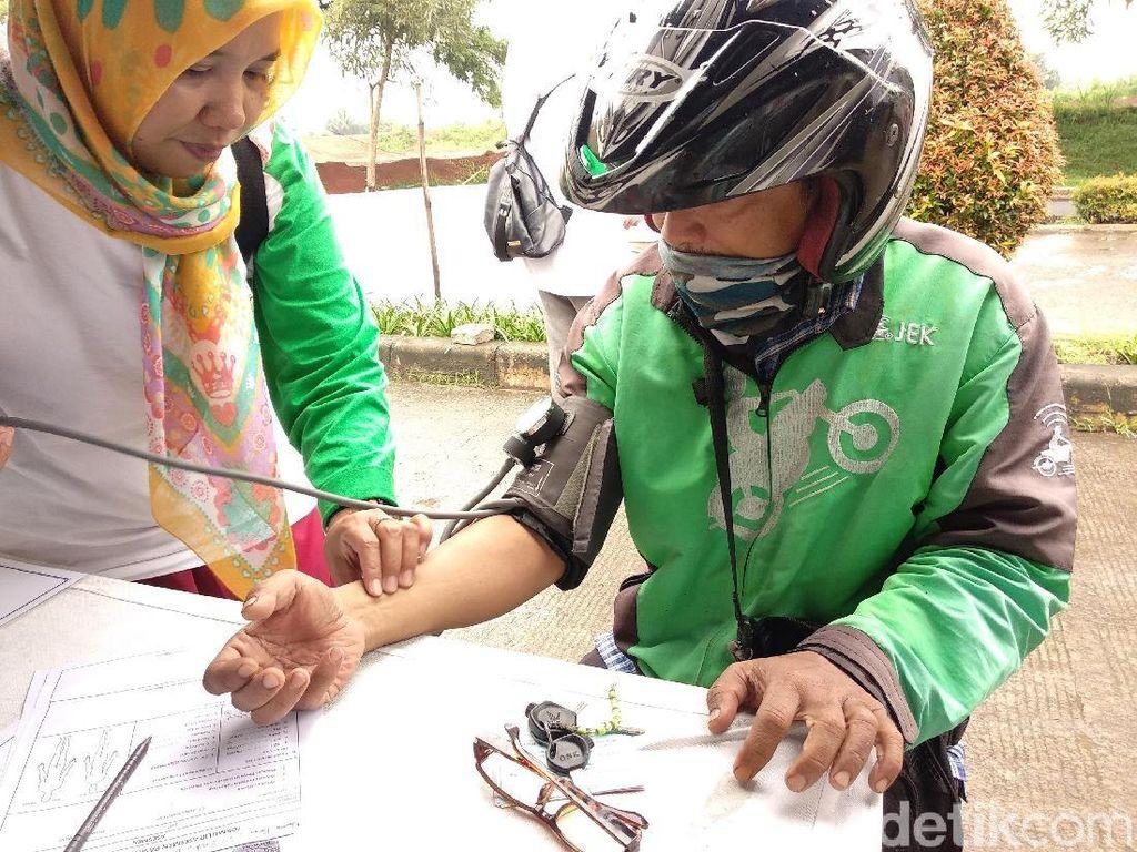 Sering Ngalong, Driver Ojol Numpang Pijat di Fisioterapi On the Street