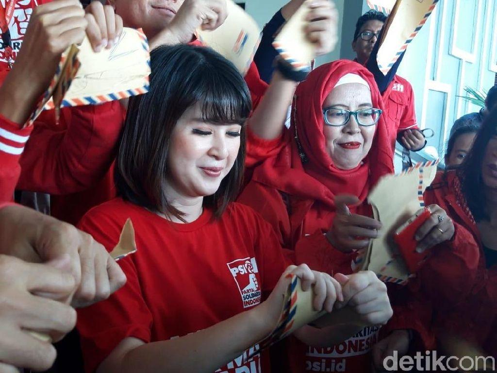 Grace Natalie Sobek Amplop di DPRD Kota Malang, Apa Maksudnya?