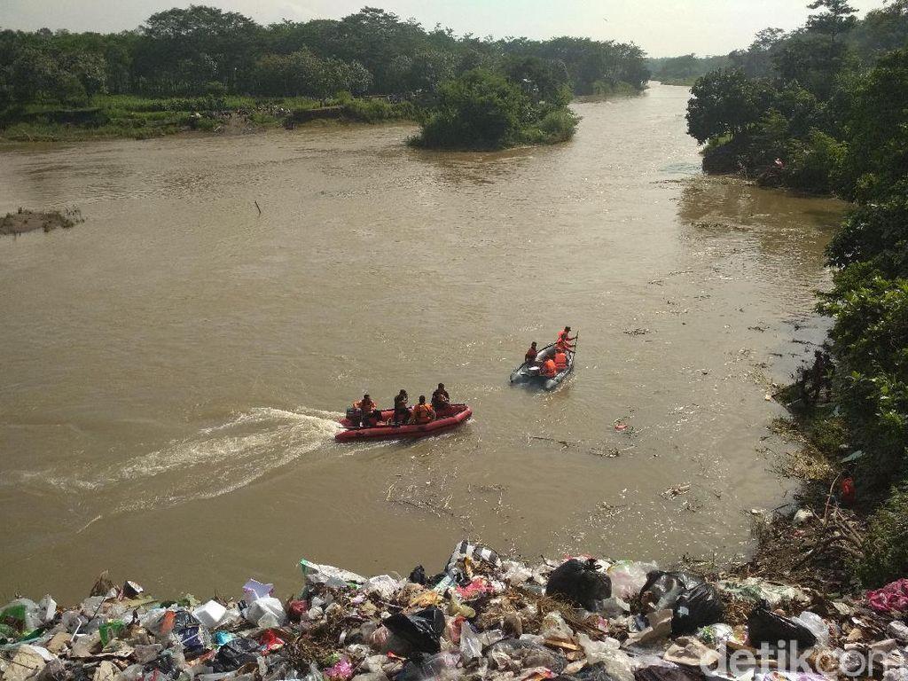 Warganya Jadi Korban Mobil Tercebur Sungai, Risma Kirim Bantuan SAR