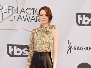 Tunangan, Emma Stone Pamer Cincin Seharga Rp 66 Juta
