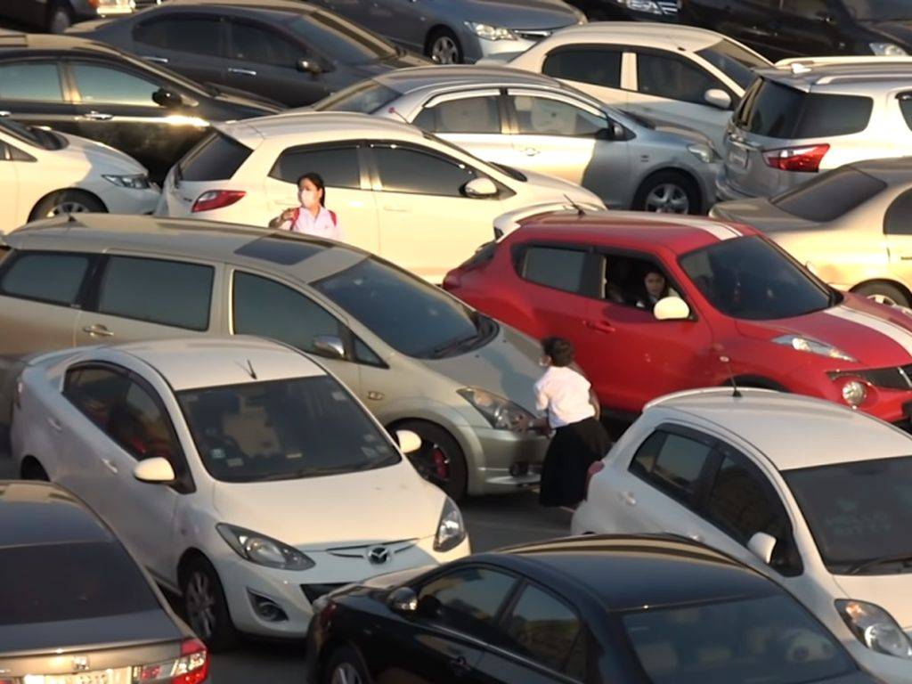 Parkiran Semrawut Mirip Game Tetris, Banyak Mobil yang Penyok