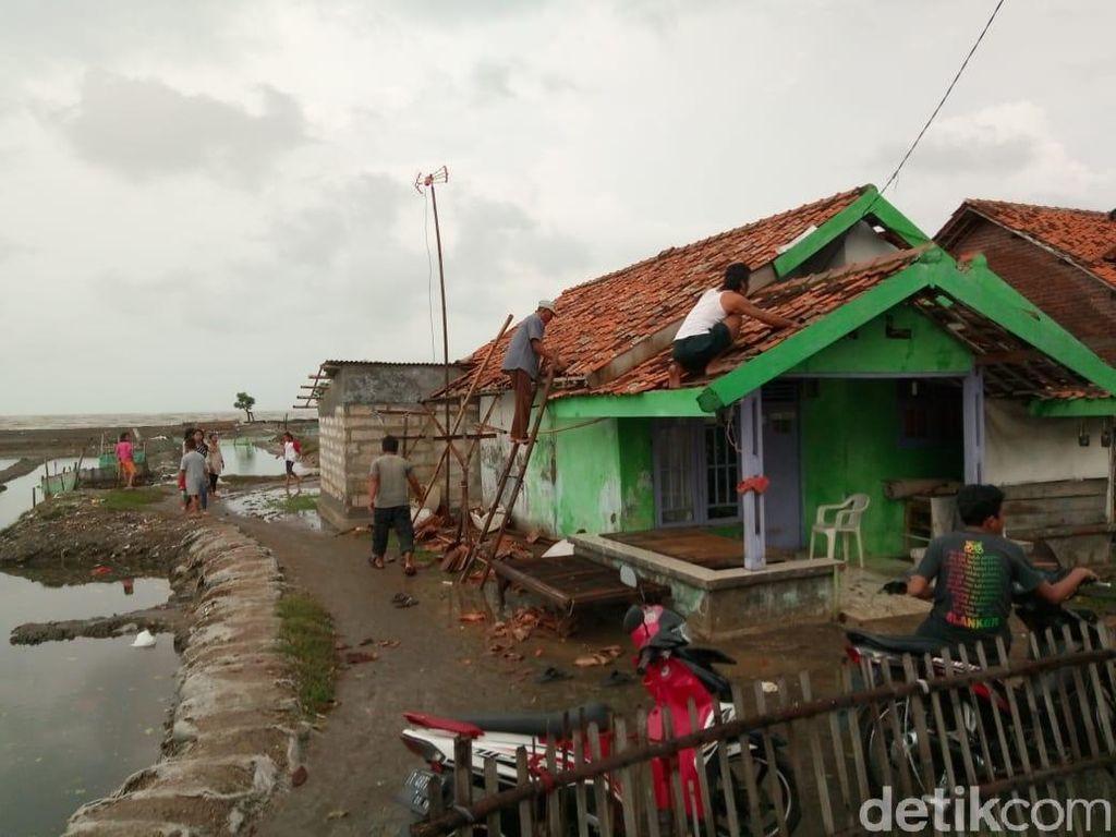 Puting Beliung Terjang Pesisir Karawang, Ratusan Rumah Rusak
