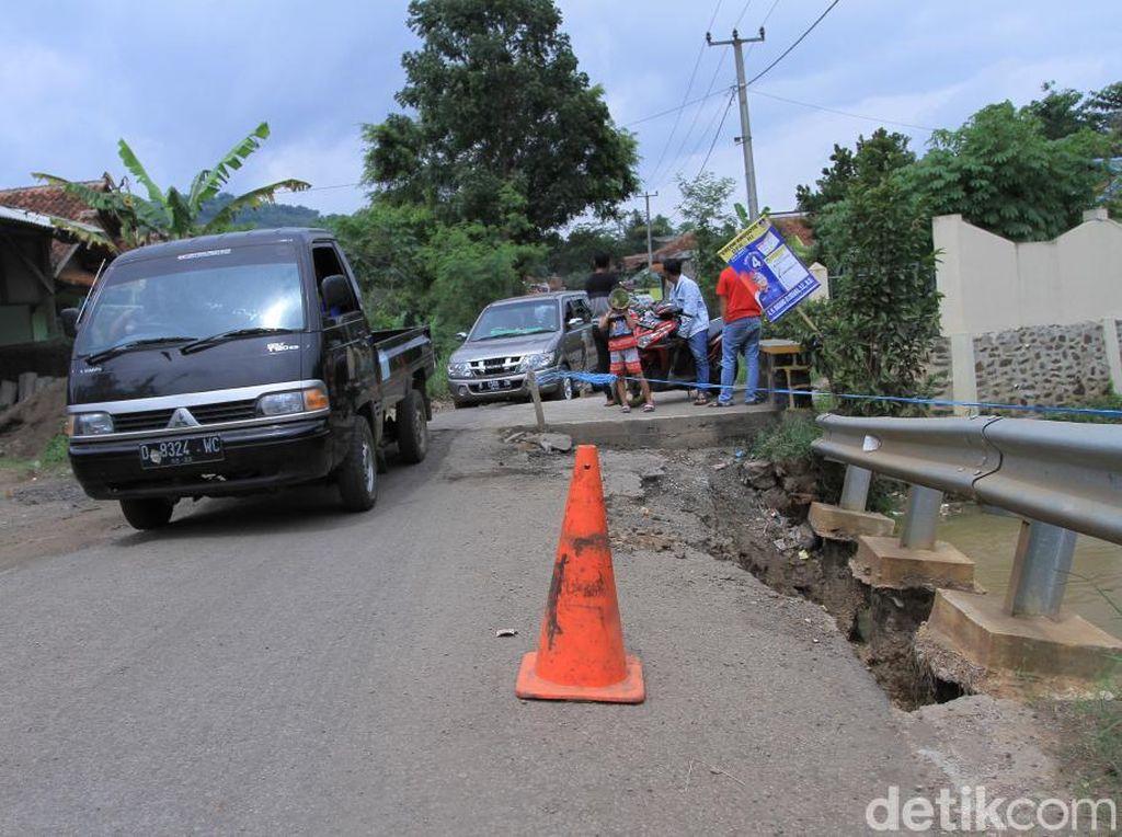 Hati-hati, Ada Dua Titik Jalan Ambles di Ciparay Kabupaten Bandung