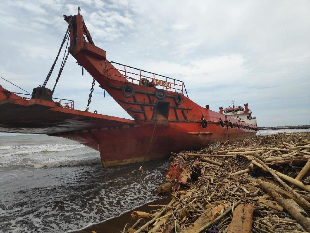 Kapal Kargo Terdampar di Pantai Makassar