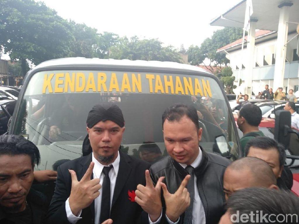 Pose Victory Ahmad Dhani di Mobil Tahanan Sebelum Dibawa ke Cipinang