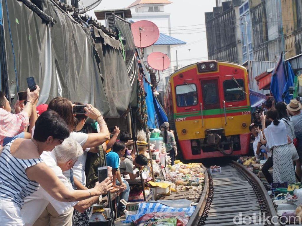 Ngeri! Penampakan Pasar di Pinggir Rel Kereta Api Thailand