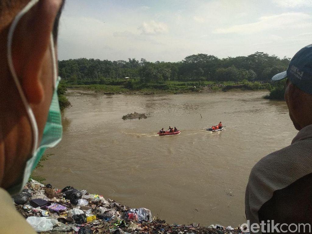 Pencarian Mobil Tercebur Sungai Brantas Tulungagung Pakai Kamera Air