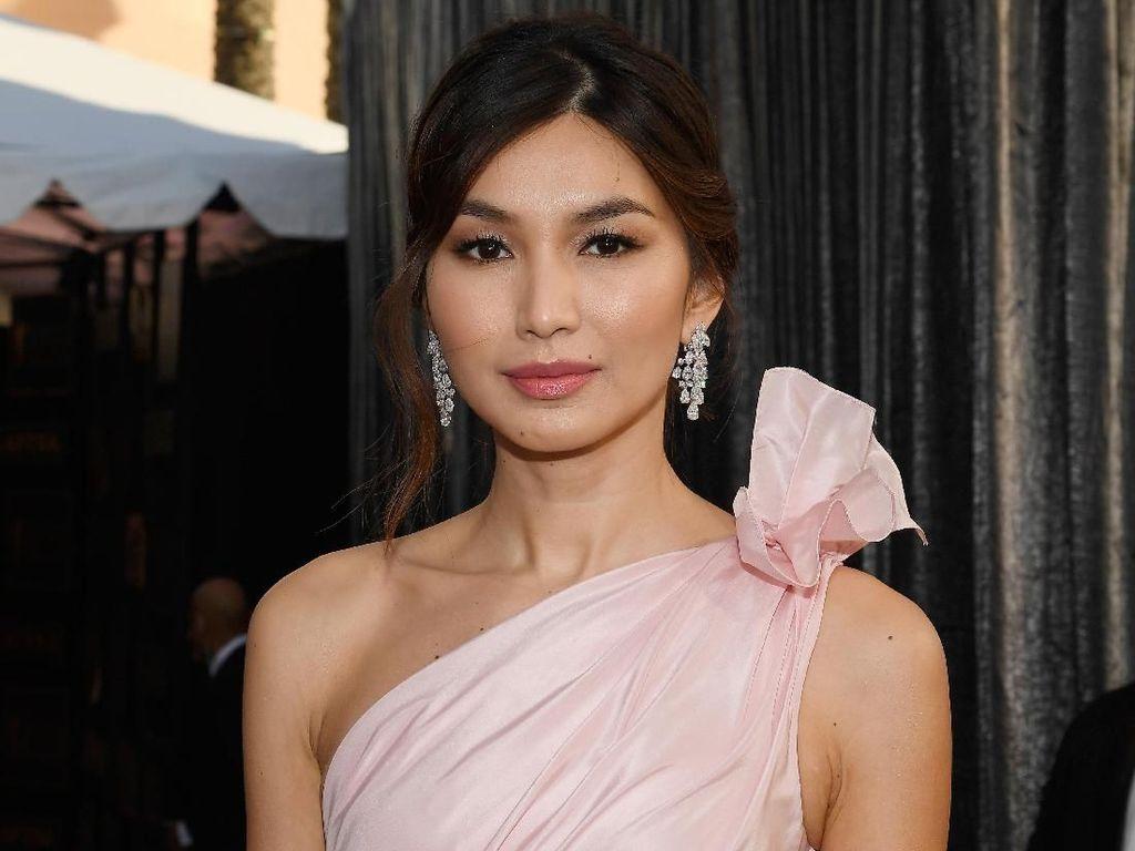 Gemma Chan Glamor dengan Warna Pink