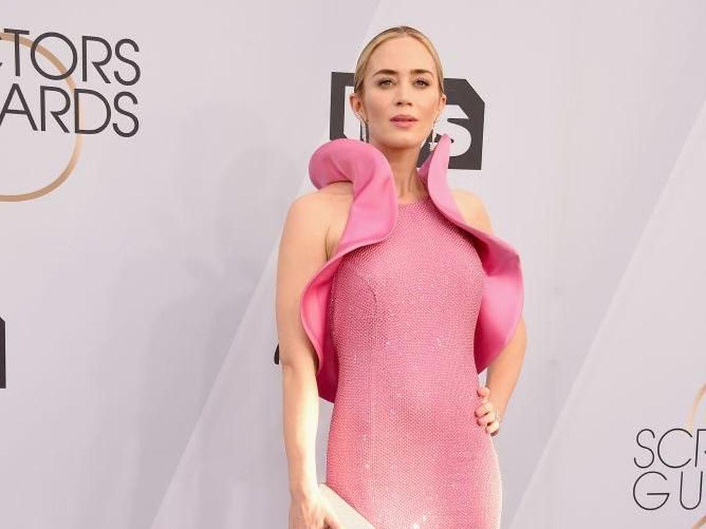 Emily Blunt Pakai Sepatu Harga Terjangkau di SAG Awards