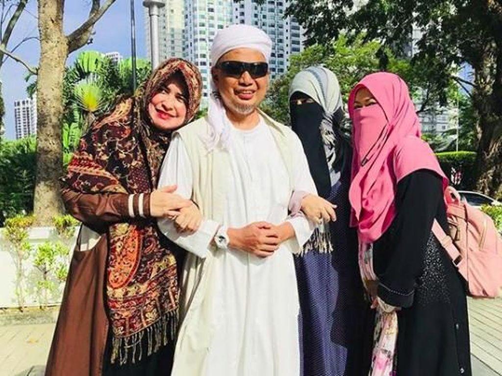 3 Istri Ustad Arifin Ilham Kerja Sama Semangati Suami