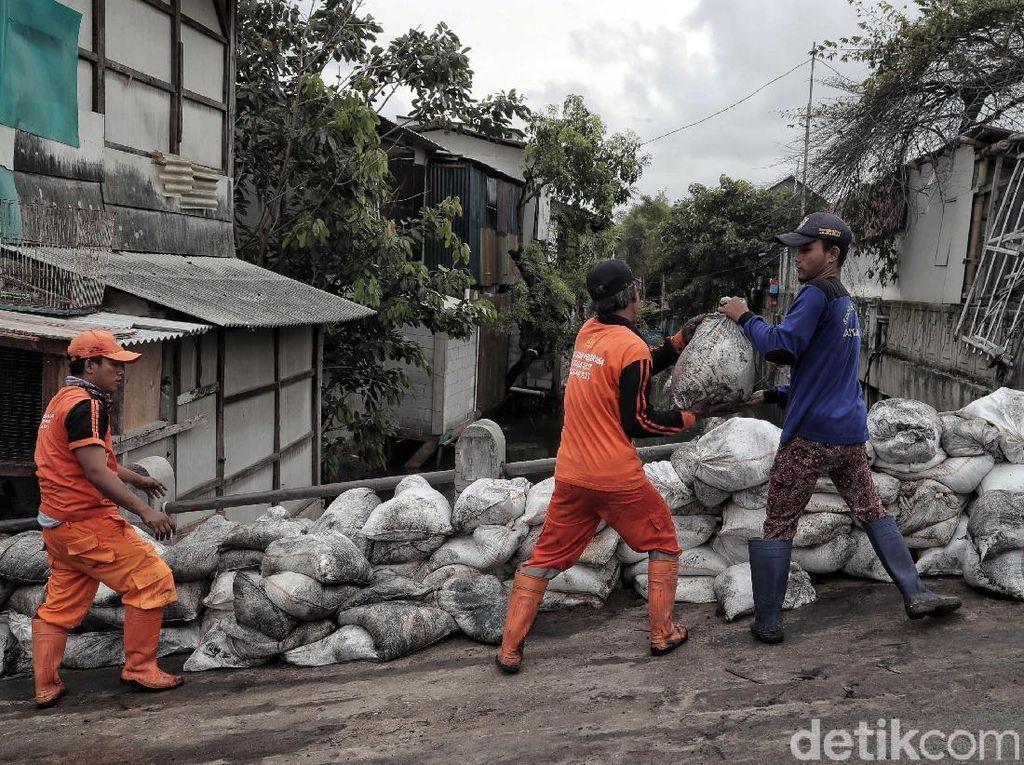 Ribuan Karung Pasir Disiapkan untuk Antisipasi Banjir Rob di Jakut
