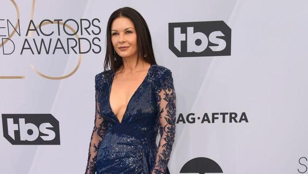 Hadiri SAG Awards, Catherine Zeta-Jones Bergaun Seksi di Usia 49