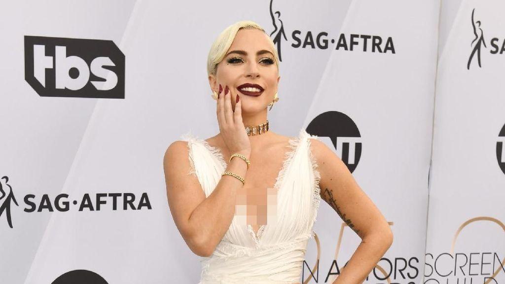Lady Gaga Curi Atensi Pakai Gaun Dior yang Baru 1 Minggu Debut di Runway