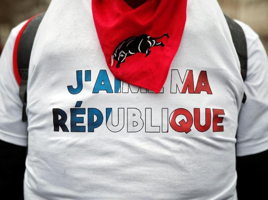 Saat 10 Ribu Demonstran Syal Merah Banjiri Paris