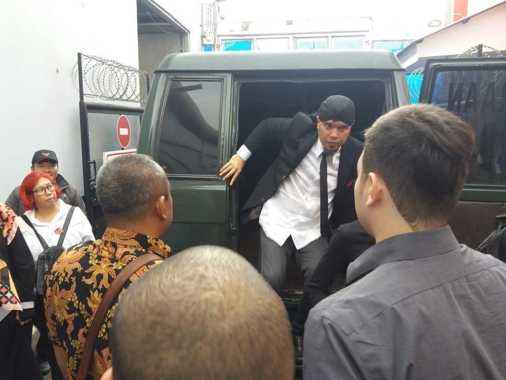Potret Detik-detik Ahmad Dhani Masuk ke Rutan Cipinang