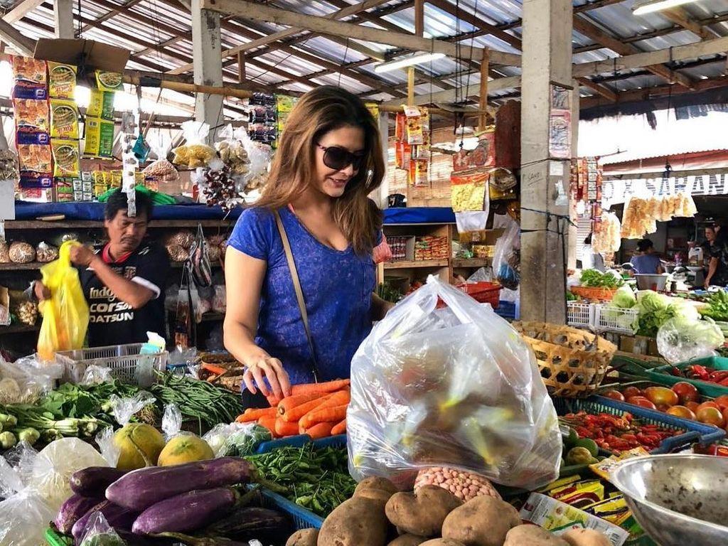 Gaya Kece Tamara Bleszynski Saat Blusukan ke Pasar Tradisional