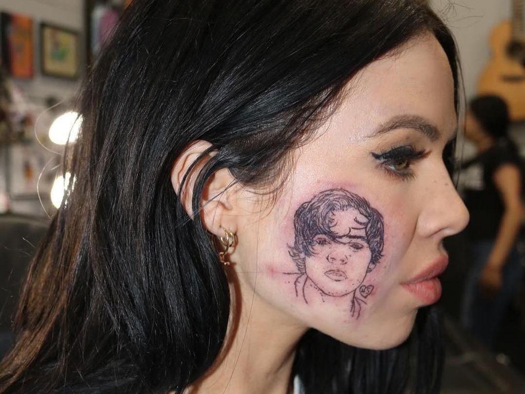 Wanita Ini Viral Karena Tato Wajah Bergambar Harry Styles, Ternyata Palsu