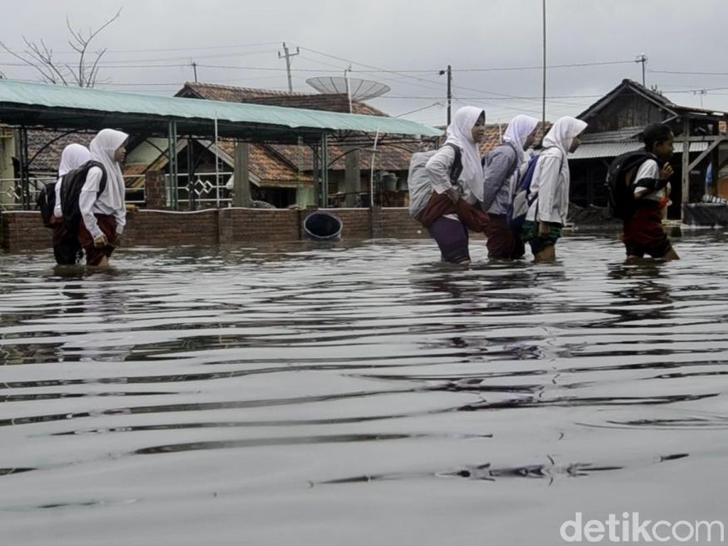 Potret Kegigihan Pelajar di Pekalongan Terobos Hujan dan Banjir