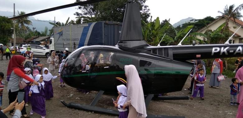 Mendarat Darurat di Cianjur, Helikopter Ini Jadi Tontonan Warga