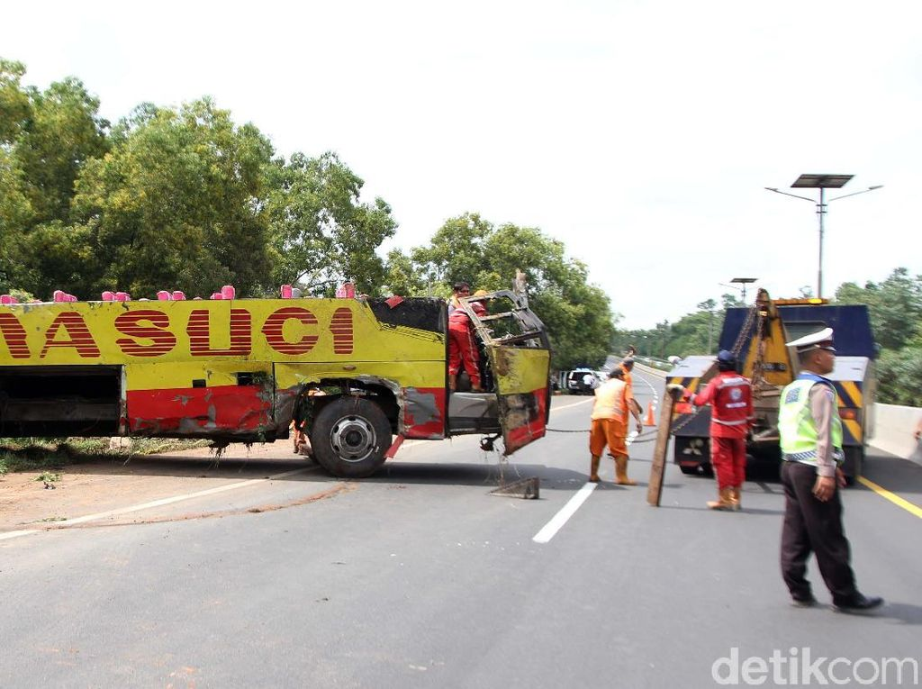 Bangkai Bus yang Terguling di Tol Cipularang Dievakuasi