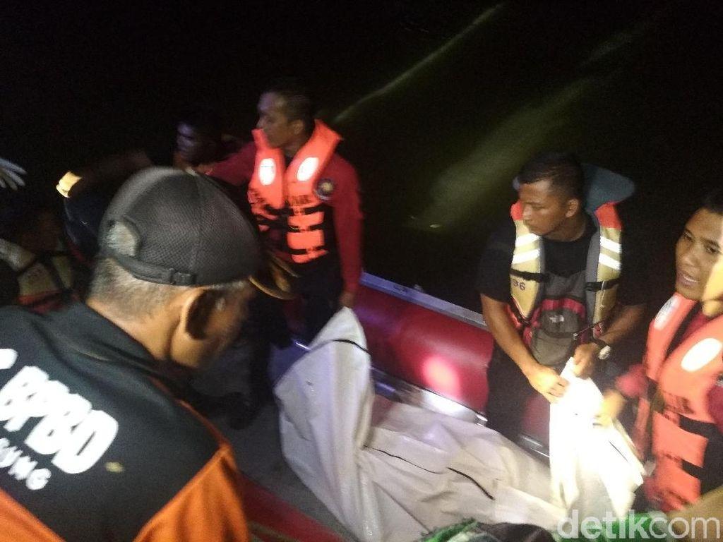 Susahnya Evakuasi Korban Mobil Tercebur Sungai Brantas Tulungagung