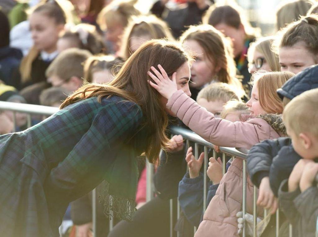 Foto: Momen Manis Anak Kecil Belai Rambut Indah Kate Middleton