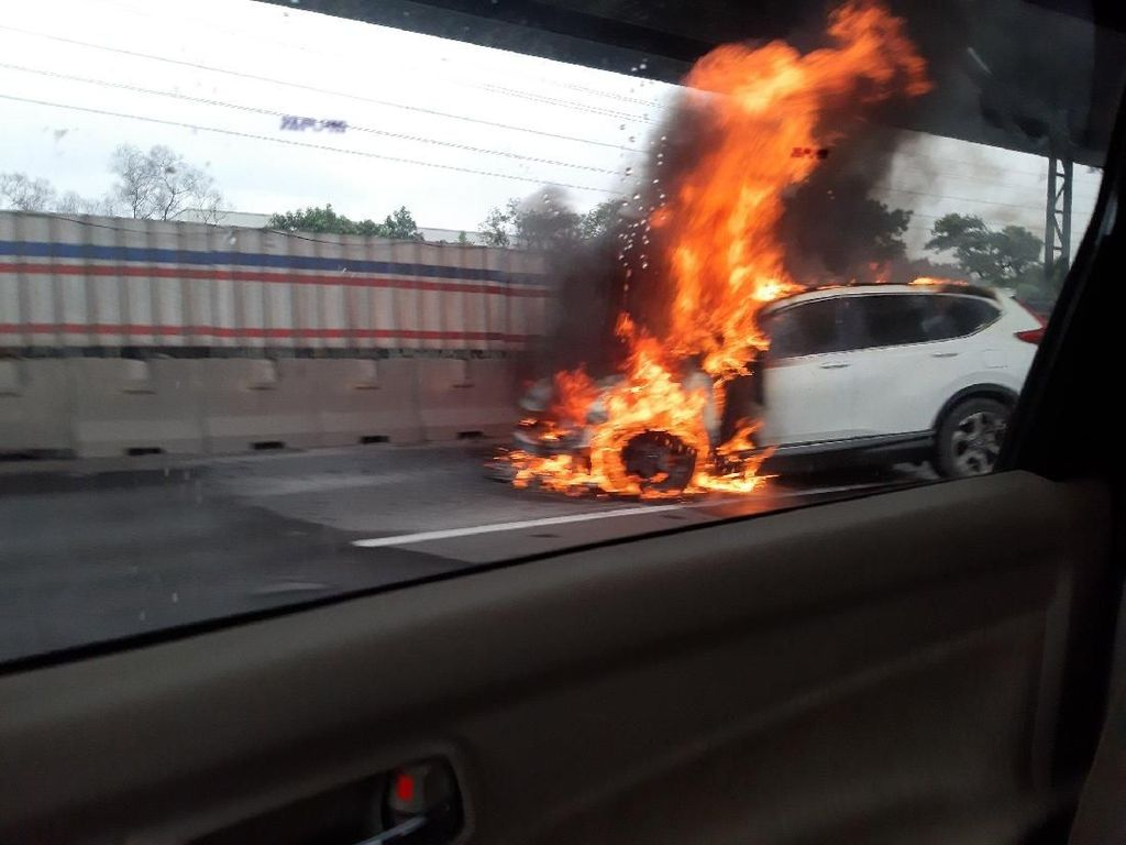Mobil SUV Terbakar, Lalin di Tol Jakarta-Cikampek Macet 12 Km