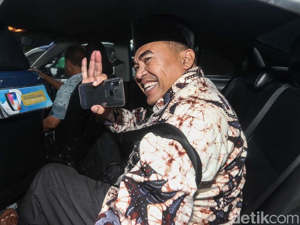 Usai Diperiksa KPK, Bupati Jepara Buru-buru Naik Taksi
