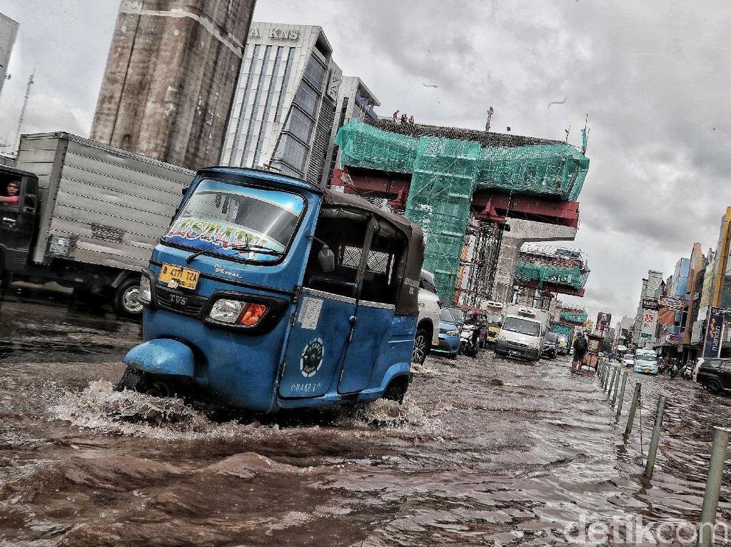 Rawan Genangan, Anies Minta Proyek di Jalan Tak Tutup Saluran Air