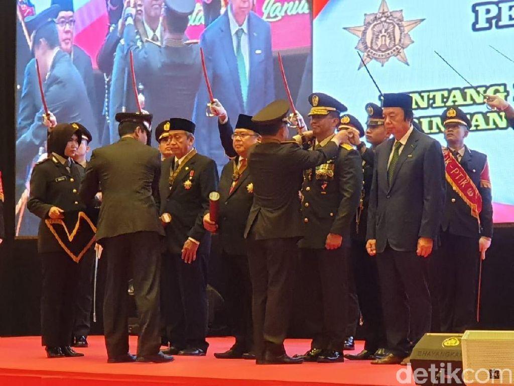 Polri Beri Tanda Kehormatan ke Jenderal Andika Perkasa