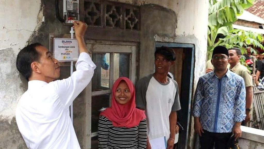 Momen Jokowi Beri Sambungan Listrik Gratis di Muara Gembong