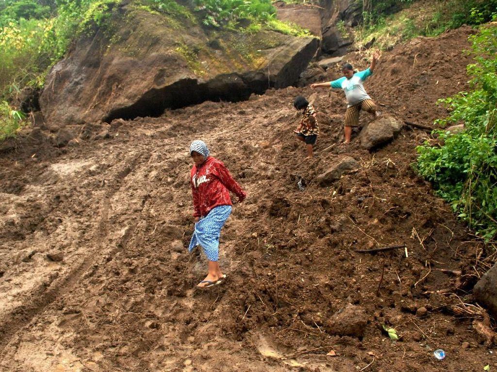 Video: Keluarga dengan 9 Anak Selamat dari Banjir Bandang Sulsel