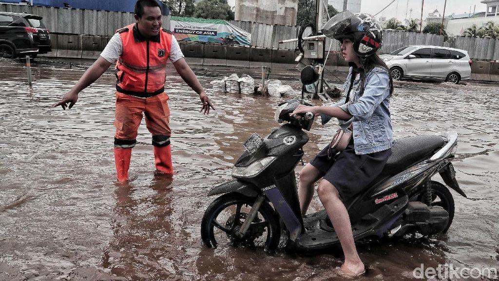 Aksi Sigap Pasukan Oranye Bantu Pengendara Terobos Banjir