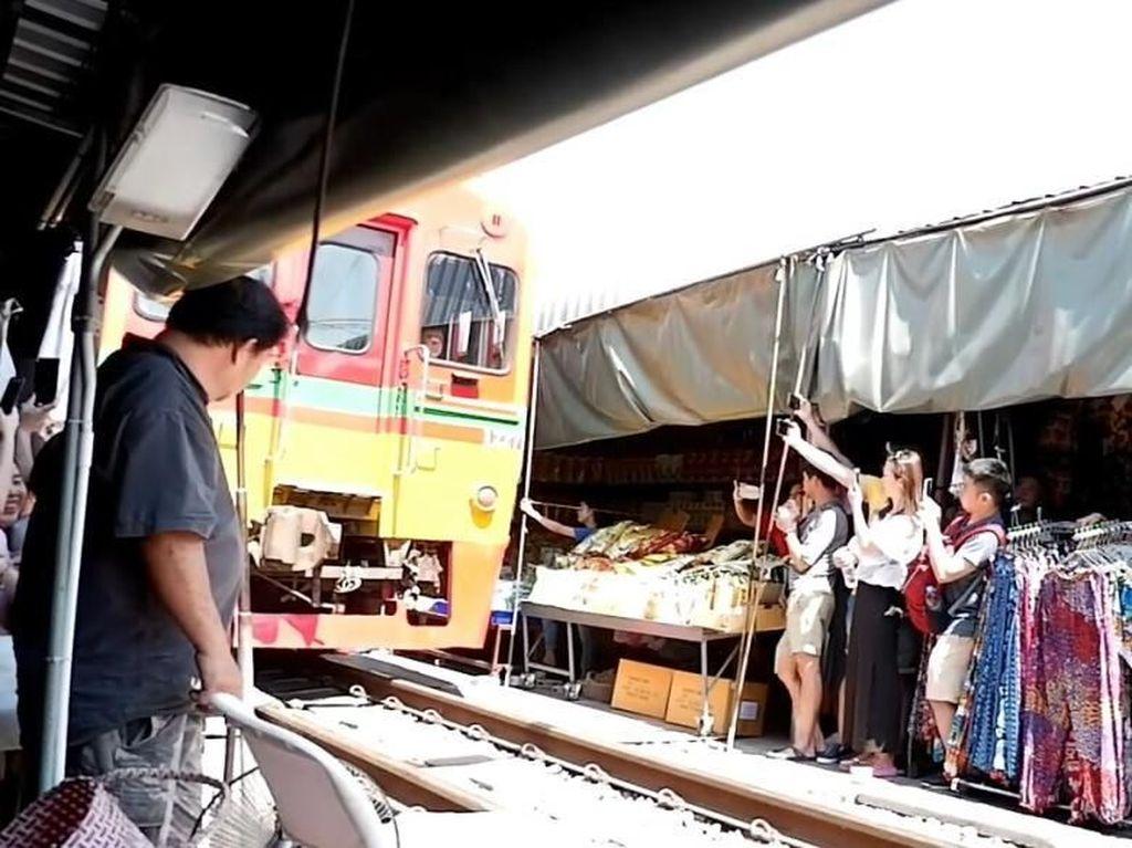 Maeklong, Pasar Thailand yang Dilewati Rel Kereta Api