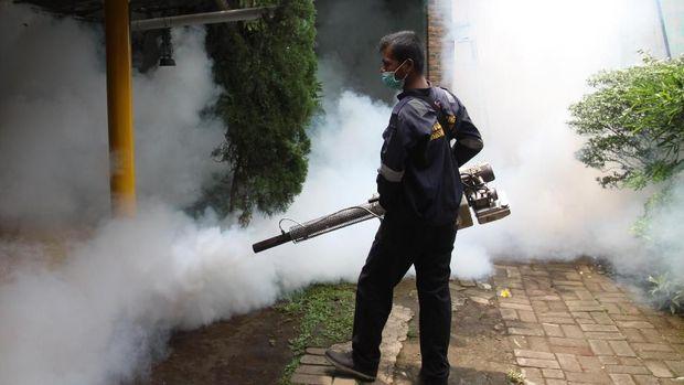 Fogging atau pengasapan untuk membunuh nyamuk penyebab DBD.