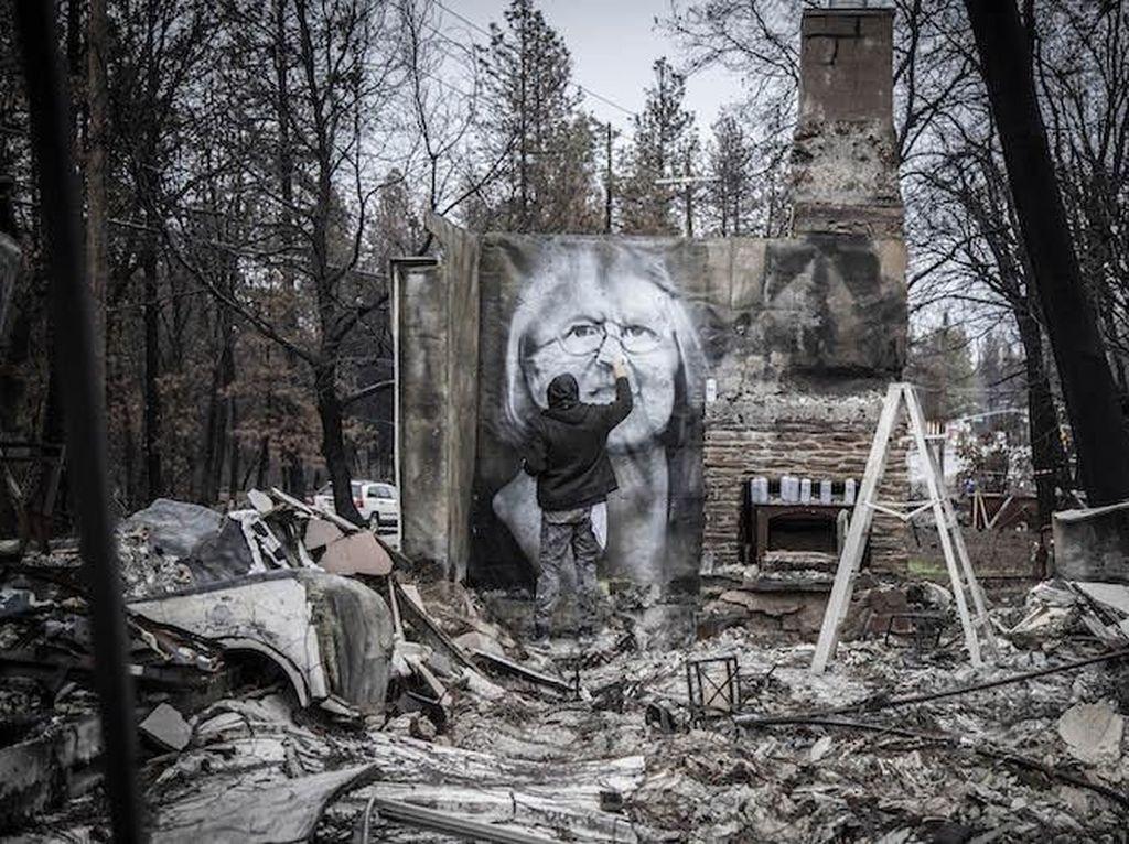 Puing-puing Bekas Kebakaran Jadi Karya Artistik di Tangan Seniman California