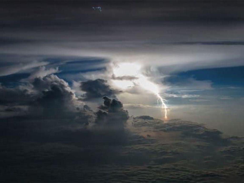 BMKG: Badai Tropis Danas dari Filipina Berdampak ke Perairan Aceh