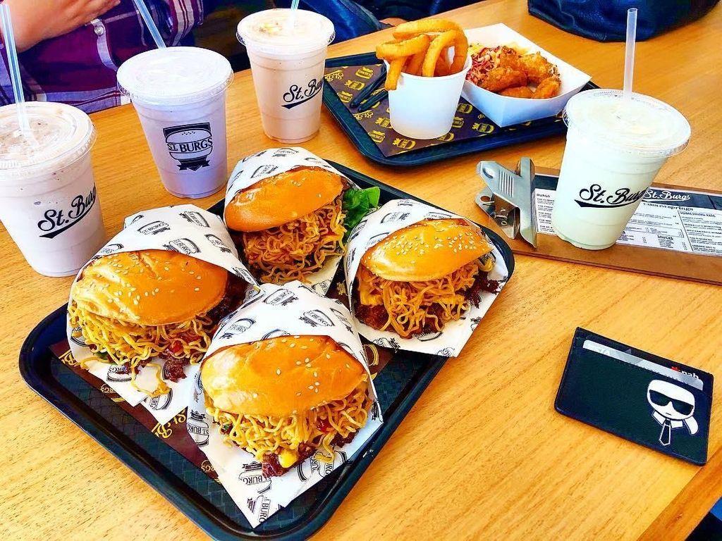 Laris Manis! Restoran di Australia Sajikan Burger Isi Indomie Goreng